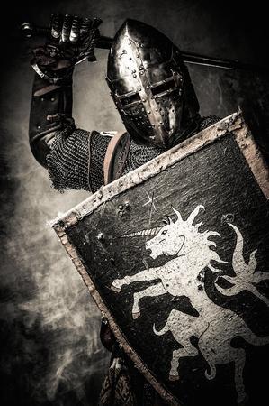 Cavaliere medievale contro il muro di pietra Archivio Fotografico - 31170682