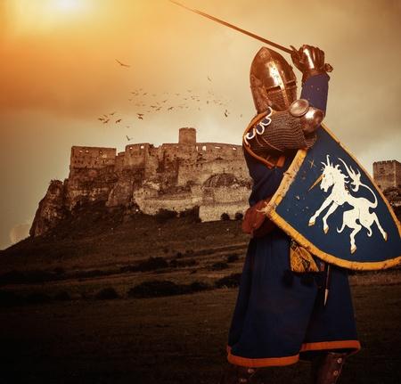 Caballero medieval contra el castillo de Spis, Eslovaquia Foto de archivo - 31170475