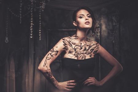 Tatoué belle femme dans la vieille intérieur fantasmagorique Banque d'images - 31170489