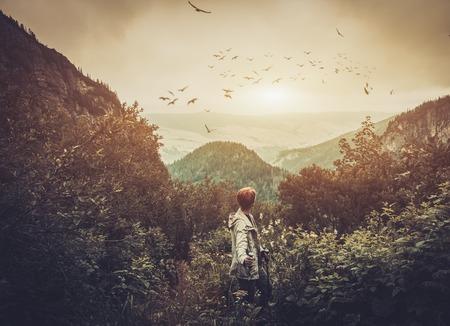 산 숲에서 산책하는 여성 등산객