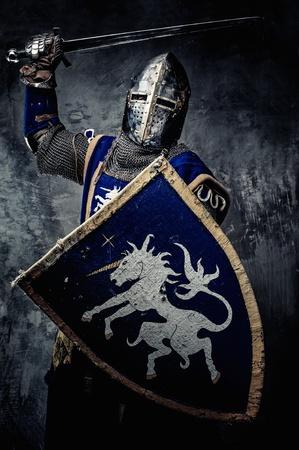 Cavaliere medievale contro il muro di pietra Archivio Fotografico - 31169419