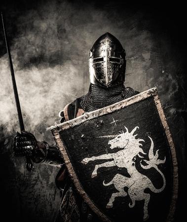 Średniowieczny rycerz na tle kamiennego muru