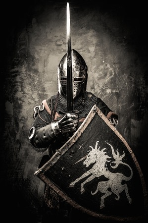 Mittelalterliche Ritter gegen Steinmauer Standard-Bild - 31169611