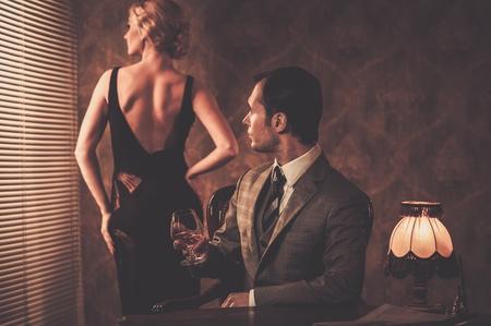 Man in pak met vrouw achter hem Stockfoto