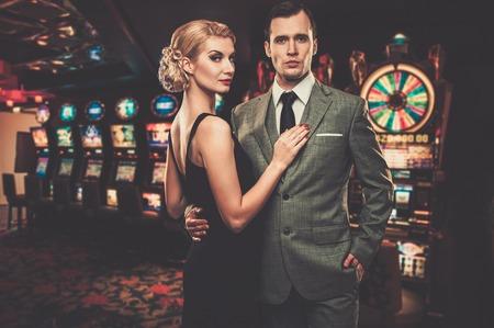Couple bien habillé contre les machines à sous Banque d'images - 32889813