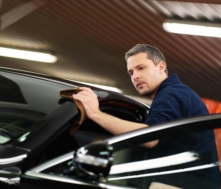 洗車で車を磨く男性労働者 写真素材 - 33001456