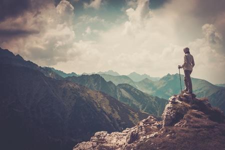 山の上に女性ハイカー