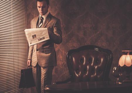 잘 입고 사업가 읽기 신문