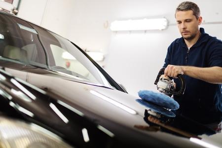 ポーランド マシンで車を磨く洗車の男