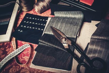Stoffproben für maßgeschneiderte Anzüge und Sakkos