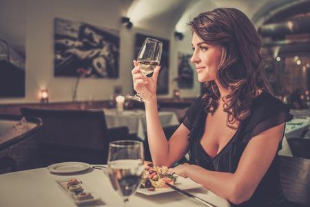 レストランで一人で美しい若い女性