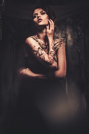 Tatoué belle femme dans la vieille intérieur fantasmagorique Banque d'images - 34615690