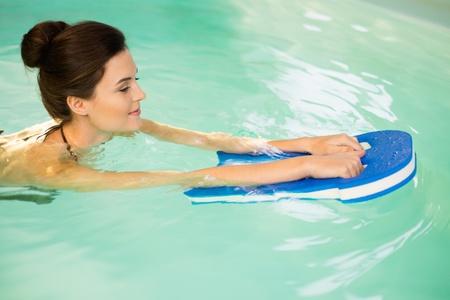 물 에어로빅 운동에 여자