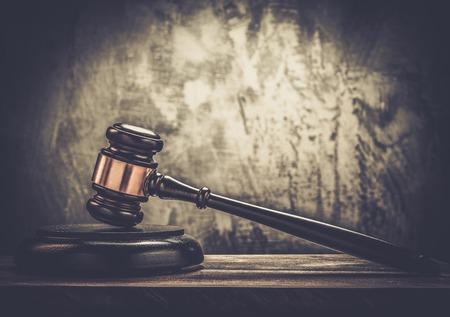木製のテーブル上で裁判官のハンマー