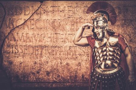 Soldat légionnaire romain en face d'un mur avec l'écriture ancienne Banque d'images - 35436433
