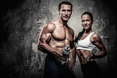 スポーツの男性と女性、ダンベル