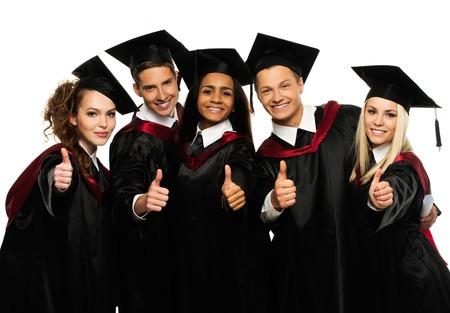 Multi-etnische groep van afgestudeerde jonge studenten op wit wordt geïsoleerd