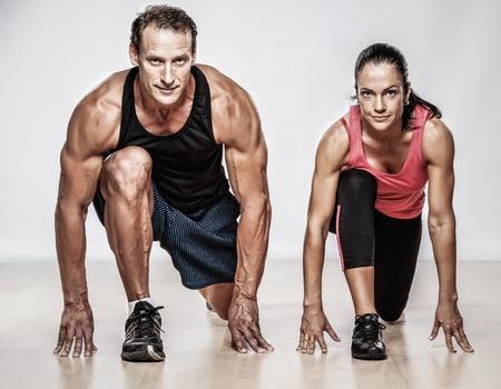 체육 남자와 여자의 피트 니스 운동을 하 고