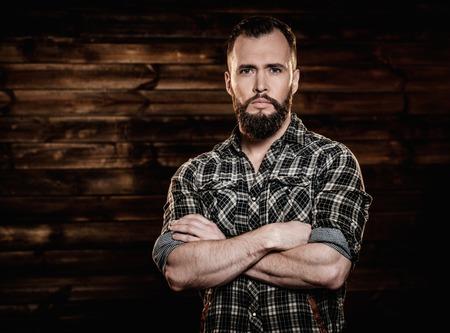Bel homme chemise à carreaux porter dans l'intérieur de la maison rurale bois Banque d'images - 36043353