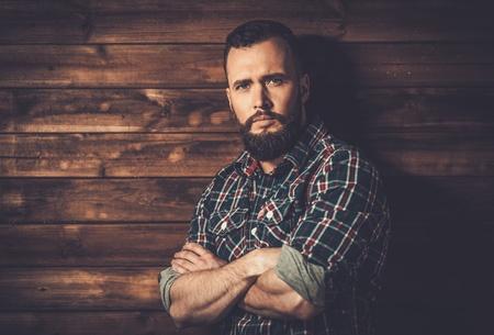 Bel homme chemise à carreaux porter dans l'intérieur de la maison rurale bois Banque d'images - 36762423