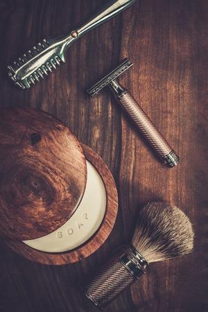 Afeitarse accesorios sobre un fondo de madera de lujo Foto de archivo - 37063488