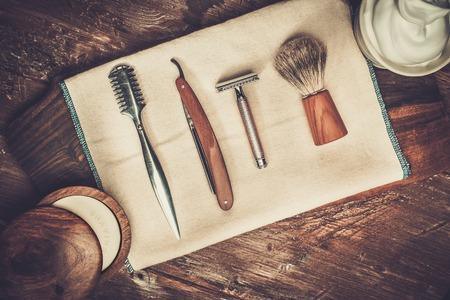 Accessori per la rasatura su uno sfondo di legno di lusso Archivio Fotografico - 37063521