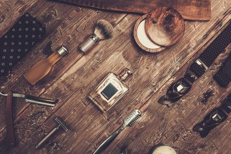 Accessori di Gentleman su una su una tavola di legno di lusso Archivio Fotografico - 37063544