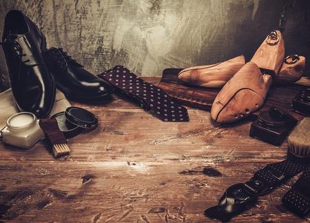 Schoen zorg en accessoires gentleman's op een houten tafel Stockfoto