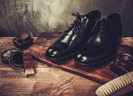Shoe care accessories on a wooden table 版權商用圖片 - 37063375