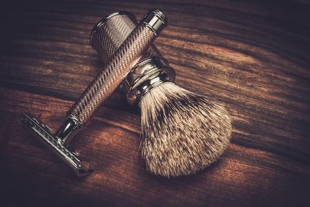 Maquinilla de afeitar y un cepillo de afeitar en un fondo de madera Foto de archivo - 37349506