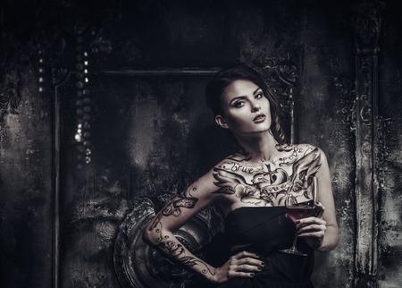 이전 짜증 내부에 문신 아름다운 여자 스톡 콘텐츠
