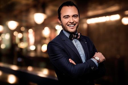 Sharp fashionista damerino vestito in night club d'elite