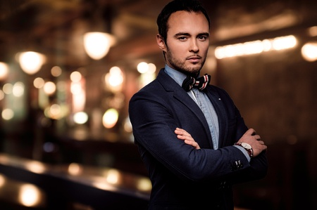 Sharp fashionista damerino vestito in night club d'elite Archivio Fotografico - 37932086