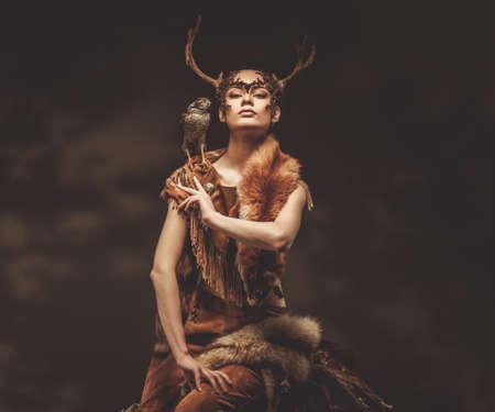Donna sciamano in indumento rituale falco Archivio Fotografico - 38936580