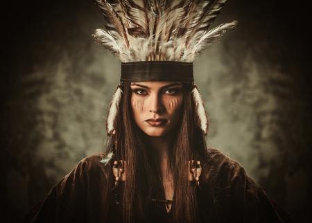 伝統的なインドの服とヘッドドレスの女性