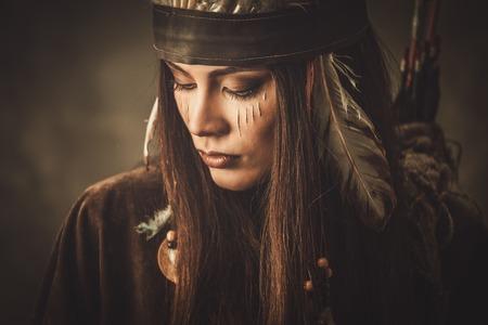 伝統的なインドの頭飾りと顔の塗料を持つ女性 写真素材