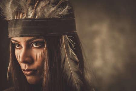 전통적인 인도 머리 장식과 얼굴에 페인트 여자