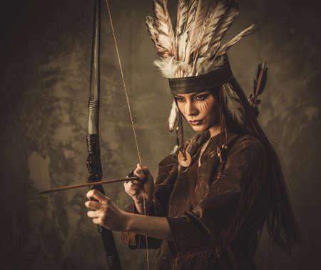 Indiase vrouw krijger met boog Stockfoto