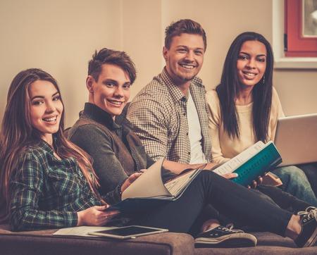 Groep van studenten die zich voorbereiden voor de examens appartement interieur