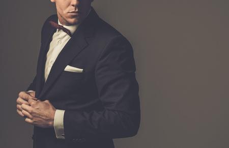 Ostre ubrany mężczyzna ma na sobie kurtkę i Muszka