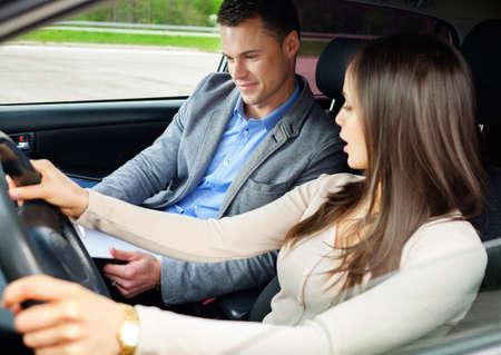 試験車の運転インストラクターと女性学生