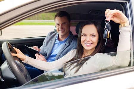 Gelukkig rijden student met een autosleutels