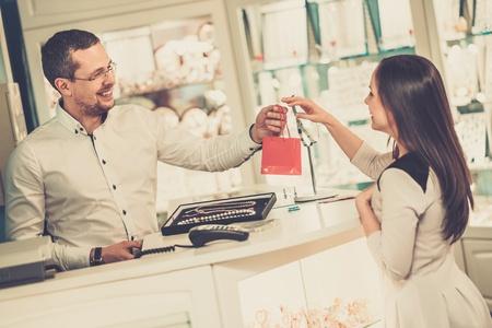 귀고리 상점에서 행복한 여자 고객