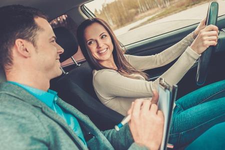 Rij-instructeur en vrouw student in het onderzoek de auto Stockfoto
