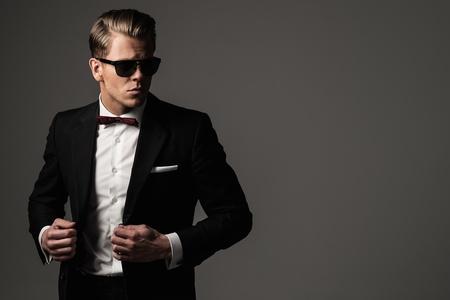 黒のスーツで厳しいシャープドレスマン