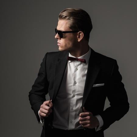 검은 색 정장을 입고 힘든 날카로운 옷을 입고 남자