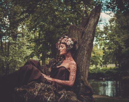 요정은 마법의 숲에서 그녀의 보좌에 앉아 스톡 콘텐츠
