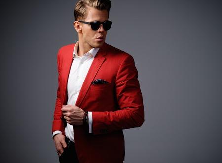 Stijlvolle man in rode jas