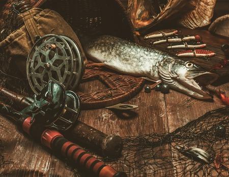 釣りツールと木製のテーブルに新鮮なさんま