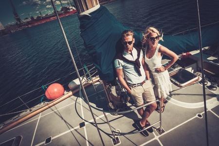 ヨットでスタイリッシュな裕福なカップル